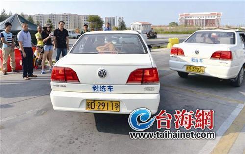 当车子与停车位呈45度角时往反方向打方向盘